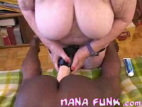 Granny fickt schwarzes Luder mit Dildo