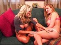 Zwei Girls kitzeln sich bei neckischen Sexspielen