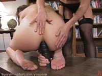Lesben ficken sich mit Dildo anal