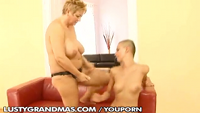Granny fickt Teen mit Strap-On