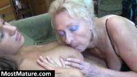 Granny verwöhnt eine Milf