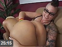 Dominante Lesbe bestraft ihre Freundin