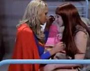 Lesbisches Supergirl fingert schüchterne Brünette