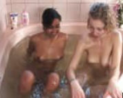 Zwei Lesben fingern sich im Whirlpool