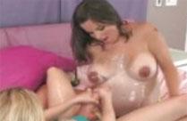 Schwangere geniesst heissen Lesbensex
