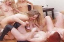 Blondine lädt zur Sex Orgie