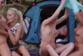 Junge Lesben campen und ficken im Wald