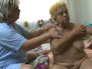 Oma von ihrer Krankenpflegerin gefickt