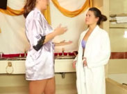 Zärtliche Lesben in der Badewanne