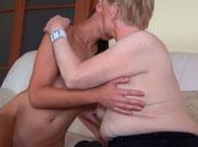 Oma lässt sich von junger Lesbe lecken