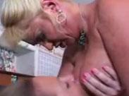 Dicke fette Hausfrauen reiben ihre Titten aneinander