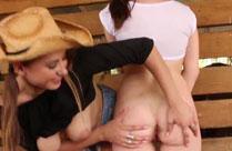 Cowgirls ficken sich im Stall