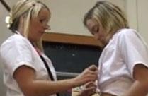 Lesbische Krankenschwester leckt junges Mädchen