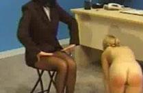 Direktorin versohlt Mädchen den Hintern